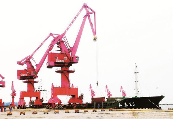 随着货轮缓缓驶离码头,标志着葫芦岛港正式开通集装箱业务.