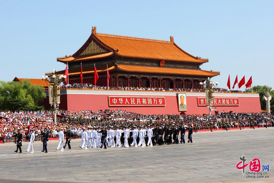 9月3日,中國人民抗日戰爭暨世界反法西斯戰爭勝利70週年紀念大會在北京隆重舉行,有11個國家派方隊、6個國家派代表隊來華參加閱兵。圖為墨西哥武裝力量方隊通過天安門廣場。中國網記者 董寧攝