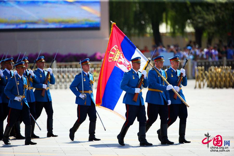 9月3日,中國人民抗日戰爭暨世界反法西斯戰爭勝利70週年紀念大會在北京隆重舉行,有11個國家派方隊、6個國家派代表隊來華參加閱兵。圖為塞爾維亞武裝力量方隊通過天安門廣場。中國網記者 鄭亮攝