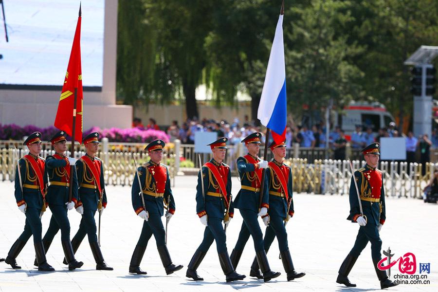 9月3日,中国人民抗日战争暨世界反法西斯战争胜利70周年纪念大会在北京隆重举行,有11个国家派方队、6个国家派代表队来华参加阅兵。图为俄罗斯联邦武装力量方队通过天安门广场。中国网记者 郑亮摄